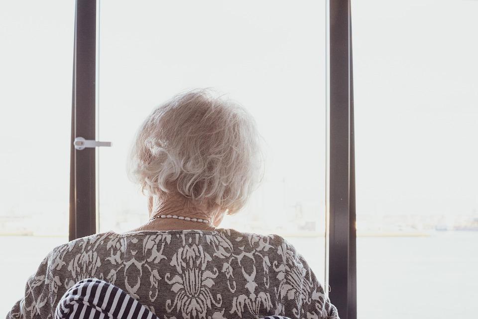 Achterkant hoofd oude vrouw